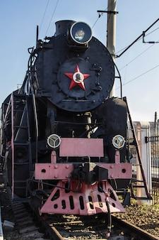 Ancien train à vapeur restauré avec des wagons