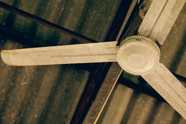 Ancien ventilateur de plafond électrique. ventilateur de plafond à l'intérieur