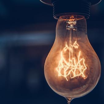 L'ancienne ampoule au plafond des vieux cafés