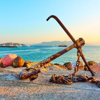 Ancienne ancre de navire sur la jetée du port d'égine, îles saroniques, grèce
