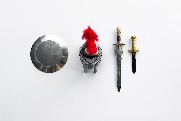 Ancienne arme militaire médiévale sur fond blanc bouclier et épée spartiate