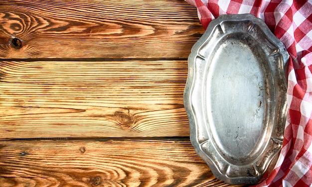 Ancienne assiette sur la table en bois