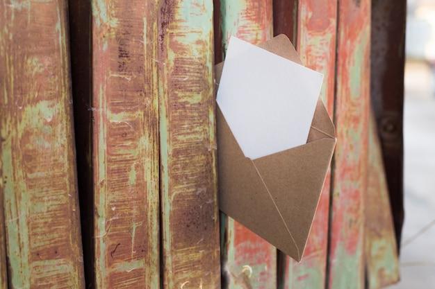 Ancienne boîte aux lettres de fer rouillé.