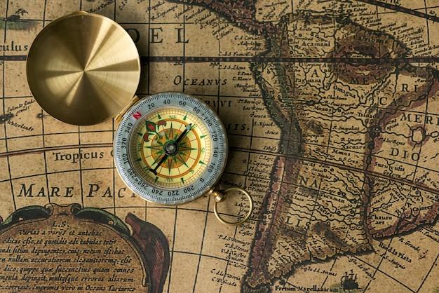 Ancienne boussole sur carte vintage. rétro obsolète