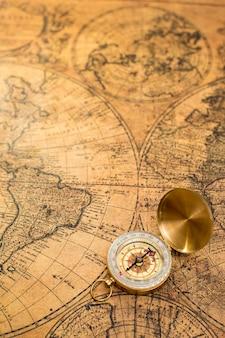 Ancienne boussole sur carte vintage