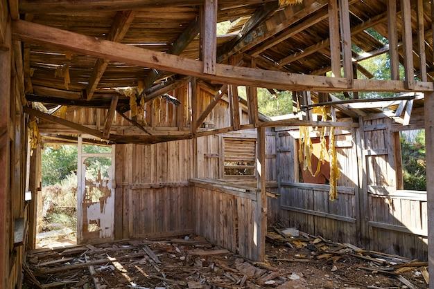 Ancienne cabane en bois détruite par un ouragan