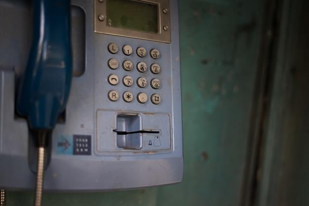 Ancienne cabine téléphonique avec du bleu