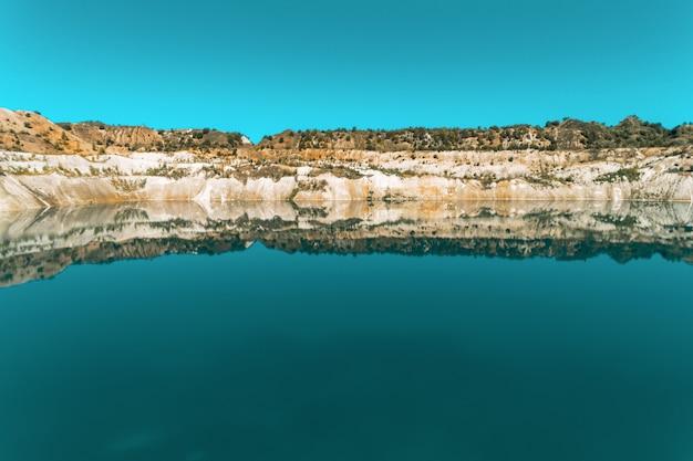 Une ancienne carrière de gypse remplie d'eau bleue et pure. vue aérienne, de haut en bas