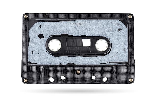 Ancienne cassette compacte de bande audio isolée sur blanc avec chemin de détourage