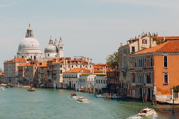 Ancienne cathédrale de santa maria della salute et grand canal à venise, italie
