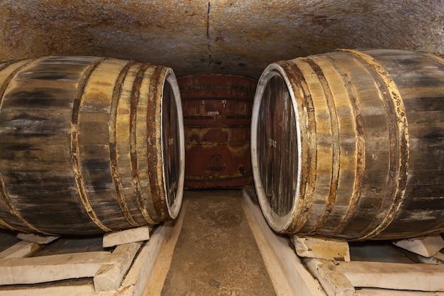 Une ancienne cave à vin avec des fûts de chêne, des fûts à vin dans d'anciennes caves