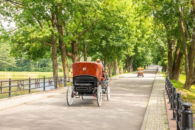 Ancienne charrette tirée par des chevaux dans un parc de la ville.