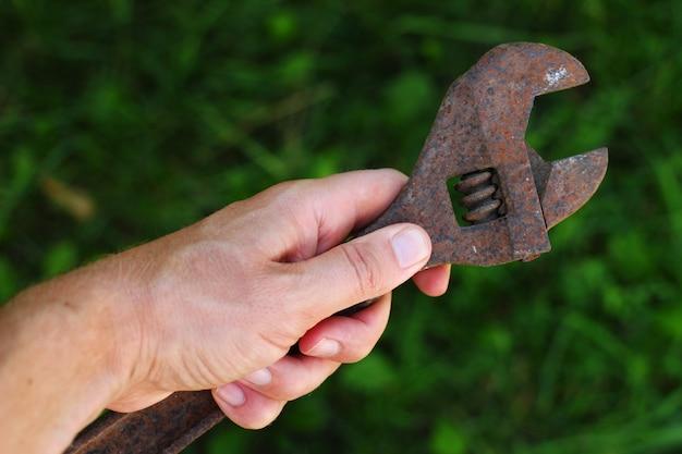 Ancienne clé à molette en main