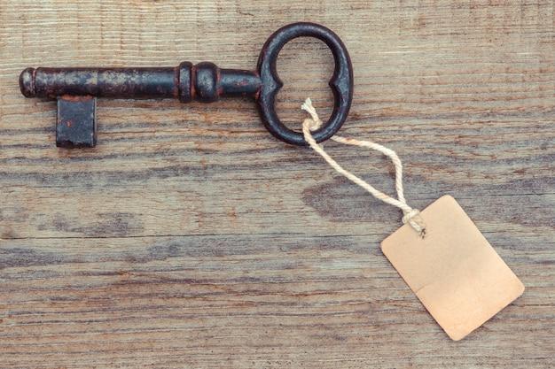 Ancienne clé rouillée avec étiquette en papier
