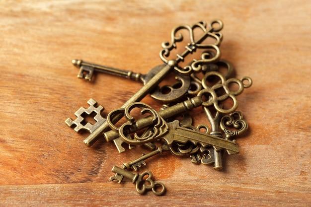 Ancienne clé sur table en bois