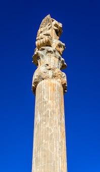 Ancienne colonne à la porte de toutes les nations - persépolis, iran