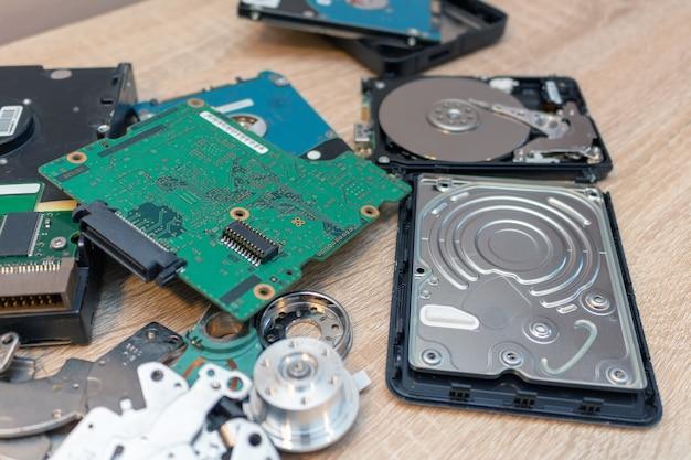 Ancienne composition de disques durs cassés dans un service de récupération de réparation