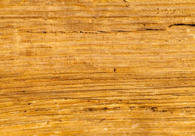 Ancienne construction en bois, sur la surface du bois, il y a des traces de destruction de l'environnement extérieur