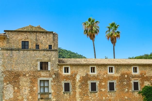 Ancienne construction en pierre avec palmiers sur l'île de majorque.