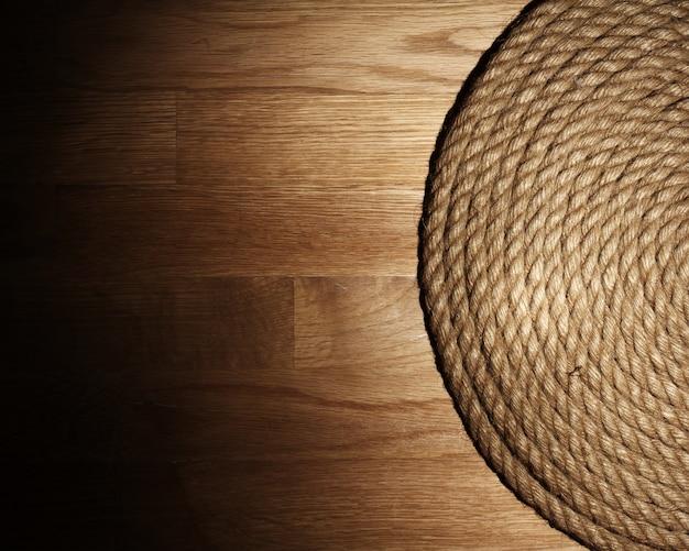 Ancienne corde sur une surface en bois