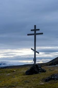 Ancienne croix en bois. l'archipel de la terre franz jozef. cap flora, île de gukera.