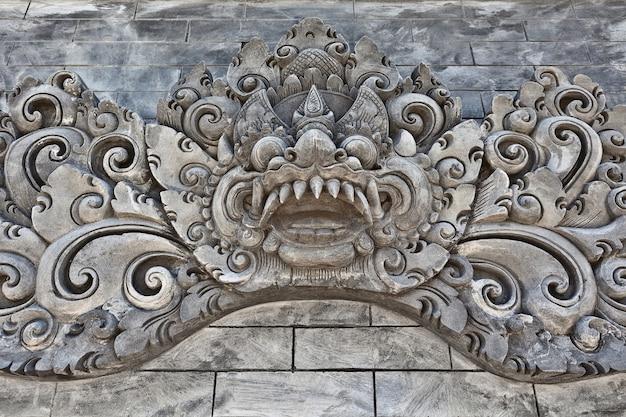 Ancienne décoration de temple balinais traditionnel pour fête religieuse et cérémonie - esprit protecteur hindou sculpté bhoma.