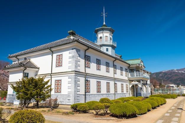 Ancienne école kaichi contre le ciel bleu à matsumoto, préfecture de nagano, au japon. destination historique et construite pour l'éducation en 1876