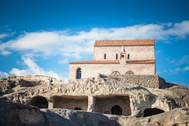 Ancienne église orthodoxe dans la ville de grotte antique uplistsikhe, géorgie