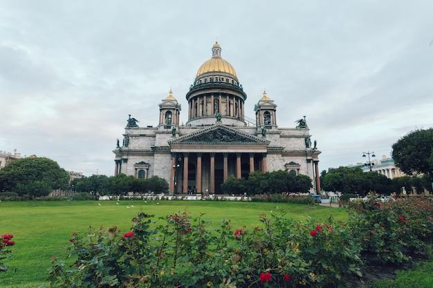 Ancienne église orthodoxe en marbre pittoresque tôt le matin