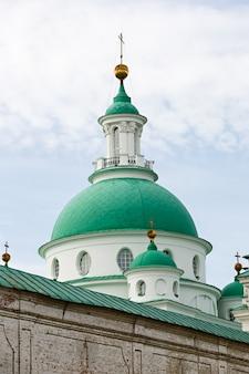 Ancienne église orthodoxe en pierre en russie.