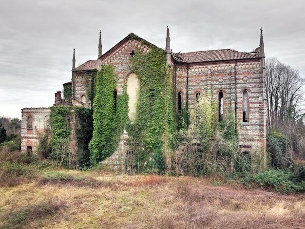 Ancienne église en pierre abandonnée envahie par les mauvaises herbes