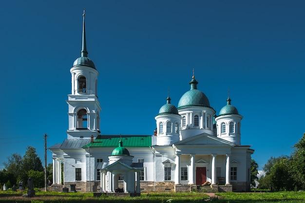 Ancienne église russe à nadkopanya, russie en été