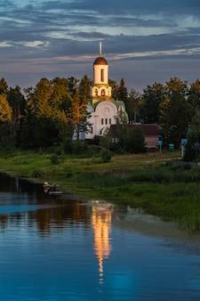 Ancienne église russe à pacha, russie à l'été