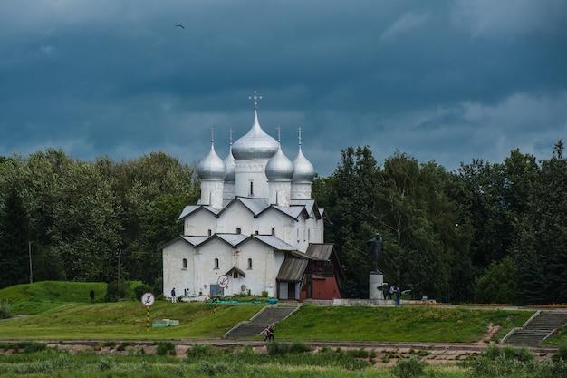 Ancienne église russe à yaroslavl, russie à l'été