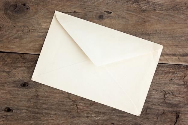 Ancienne enveloppe postale sur fond de bois