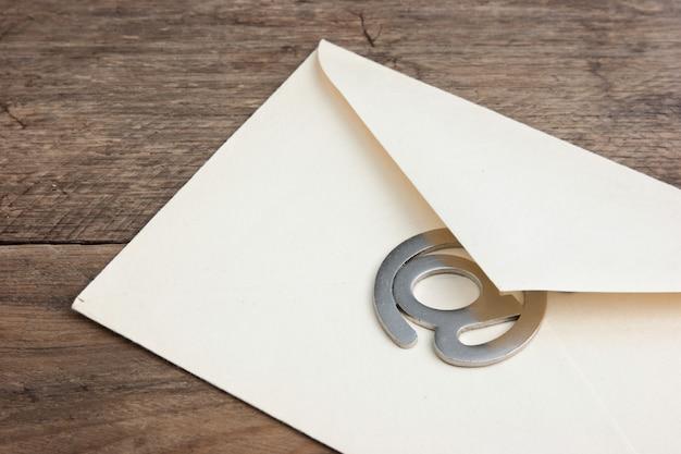 Ancienne enveloppe postale et signer l'e-mail sur un fond en bois