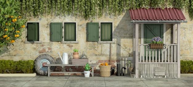 Ancienne façade avec des outils de jardinage