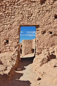 L'ancienne forteresse dans le désert du sahara, en algérie
