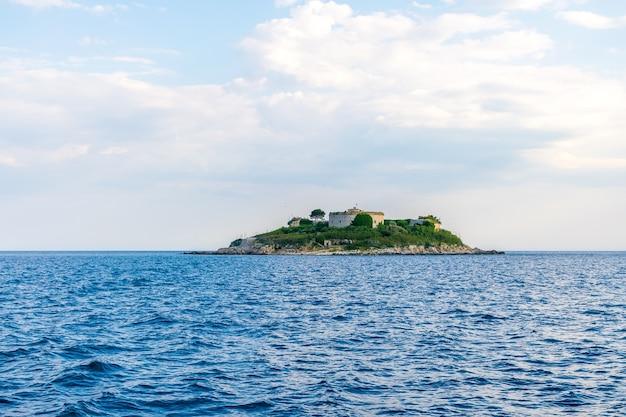 Ancienne forteresse est située sur l'île de mamula bokakotor bay monténégro