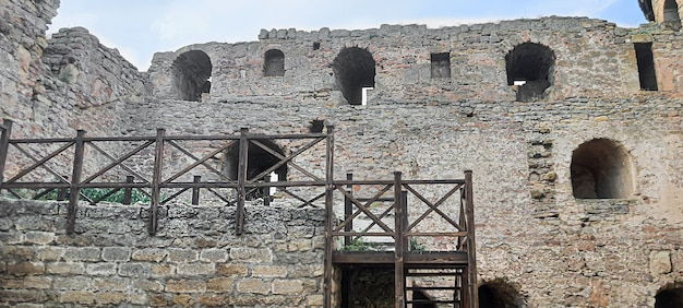 Ancienne forteresse en ruine au bord de la mer. ciel bleu. monument architectural. paysage de mer d'été.