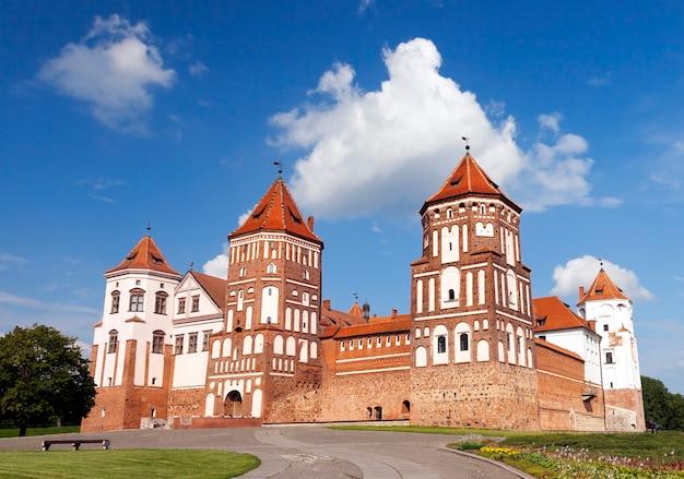 Une ancienne forteresse située dans la ville de mir, en biélorussie. gros plan photo