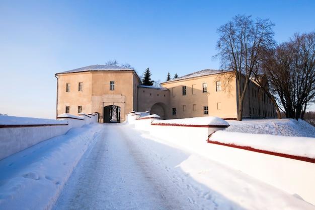 Une ancienne forteresse de la ville de grodno, une saison d'hiver. il est construit au xie siècle.