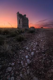 Ancienne fortification en ruine à l'aube
