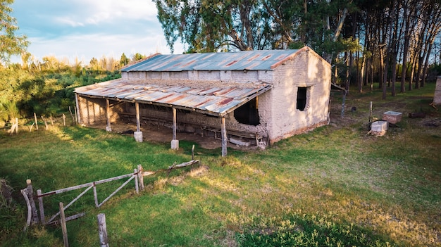 Ancienne grange en briques d'adobe abandonnée