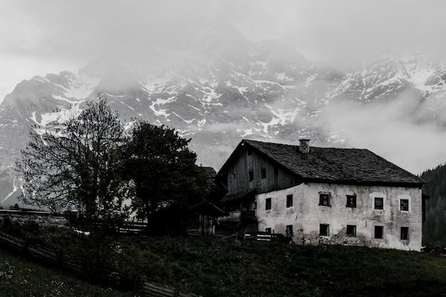 Ancienne grange en niveaux de gris