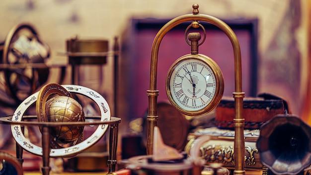 Ancienne horloge en métal collection pirate