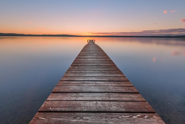Ancienne jetée en bois au coucher du soleil