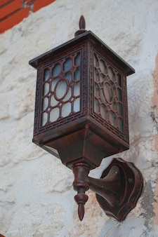 Ancienne lanterne en métal sur le mur