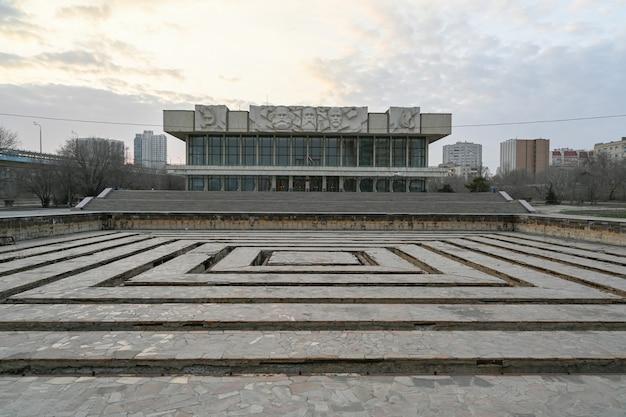 L'ancienne maison d'éducation politique. le bâtiment dans le style du modernisme soviétique, bas-reliefs de marx, engels, lénine.
