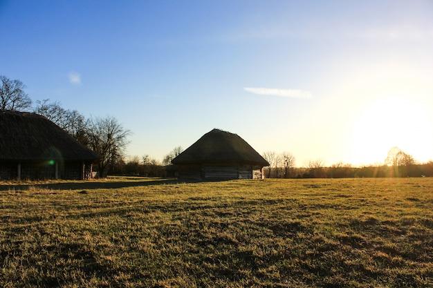 Ancienne maison paysanne ukrainienne avec un toit de chaume dans le vieux village de l'architecture nationale, l'ukraine. musée national de pirogovo en plein air près de kiev